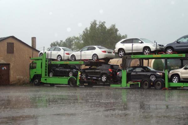Daugėjant automobilių pirkėjų iš Rytų, ima trūkti transporto jiems išvežti iš Lietuvos