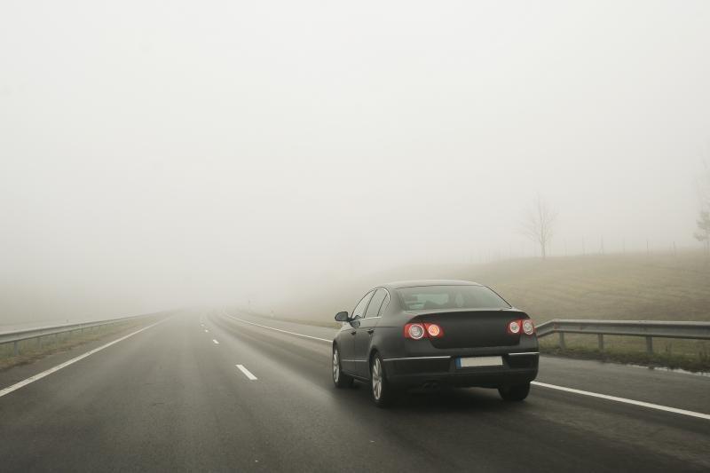 Pirmadienio rytą eismo sąlygas sunkina rūkas