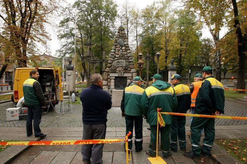 Amžinoji ugnis Karo muziejaus sodelyje persikėlė į naują aukurą