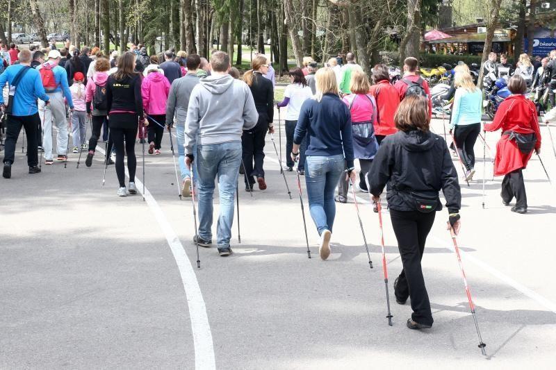 Vingio parke įvyko pirmasis šiaurietiško ėjimo žygis