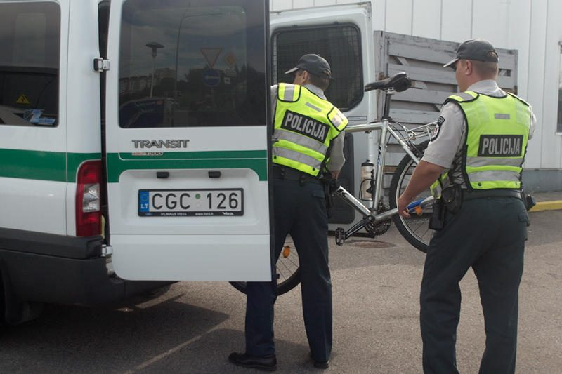 Girtas dviratininkas bandė papirkti policijos pareigūnus