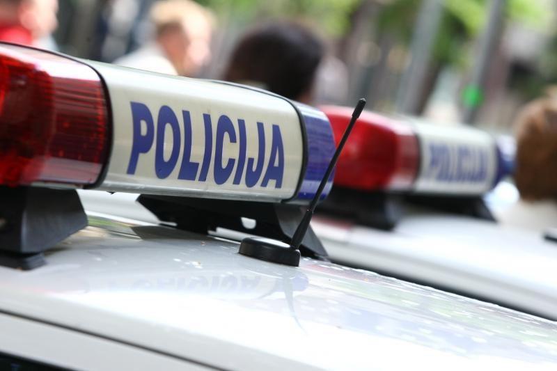 Jonavoje pas sulaikytus jaunuolius rasta ginklas ir narkotikų