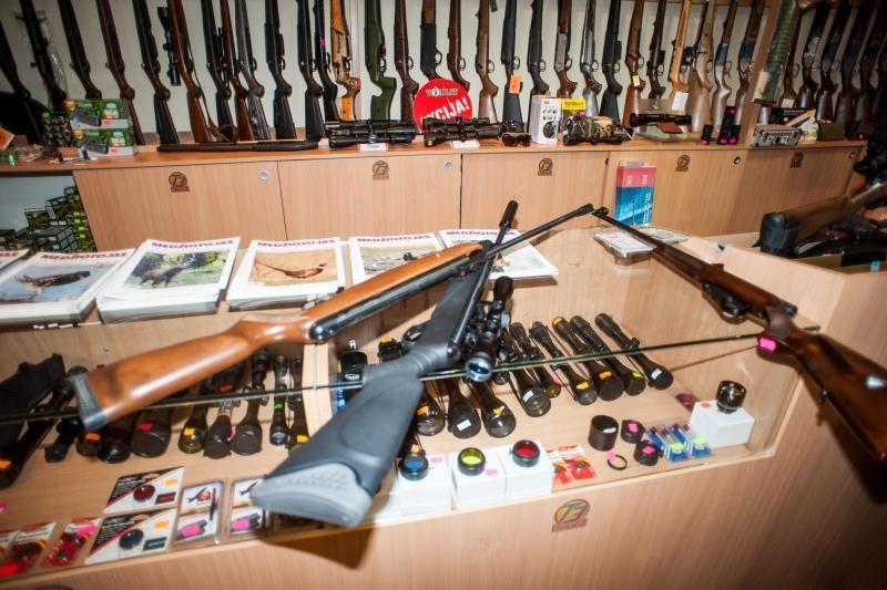 Pakruojo rajone aiškindamiesi konfliktą pareigūnai paėmė neteisėtai laikomus šautuvus bei špagą
