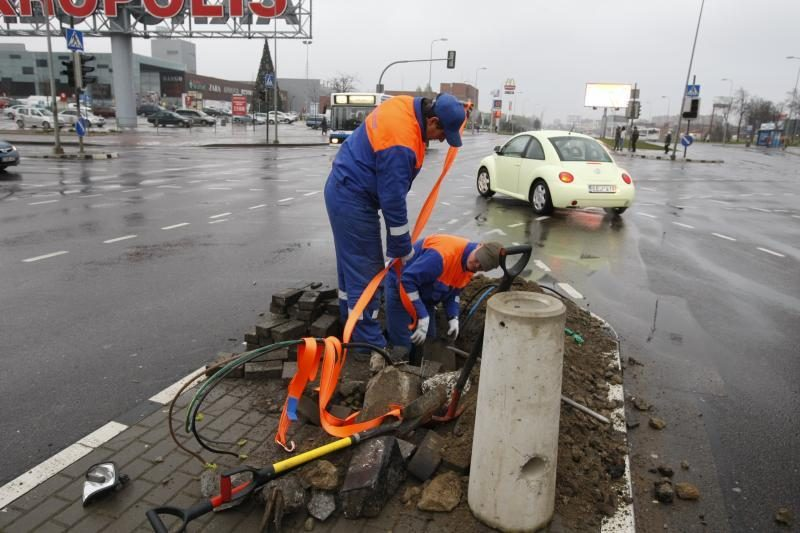Klaipėdoje taksi išlaužė šviesoforą, dalį miesto paliko be elektros