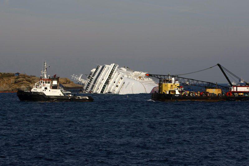 """""""Costa Concordia"""" iš vandens gali būti iškeltas tik po 10 mėnesių"""