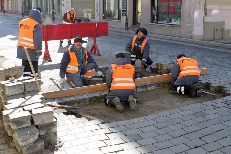 Tiltų gatvėje jau perklojamas grindinys
