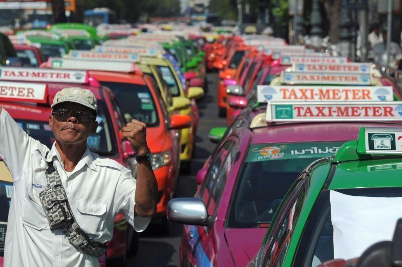 Bankoke – ryškiaspalvių taksi automobilių protestas