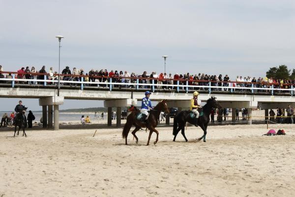 Palangos paplūdimyje - žirgų lenktynės