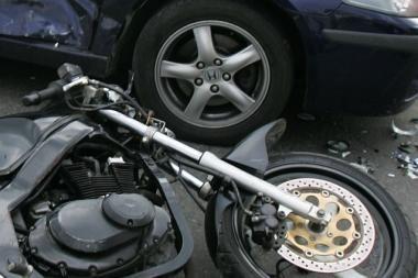 Motociklui susidūrus su automobiliu, nukentėjo nepilnametis motociklo keleivis