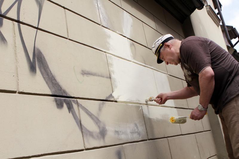 Klaipėdiečiai grafičius nuo namų sienų turės valyti patys
