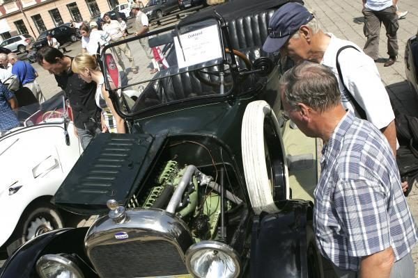 Rotušės aikštėje – senovinių automobilių paradas