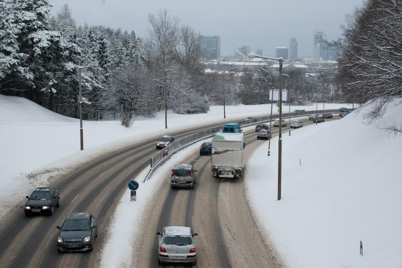 Rajoniniai keliai – slidūs, įspėja kelininkai