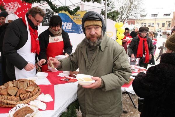 Prezidentas V.Adamkus Rotušės aikštėje dalijo sriubą