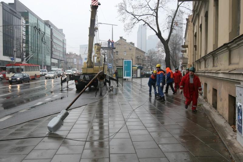 Vilniuje sunkvežimis nulaužė stulpą ir paralyžiavo eismą