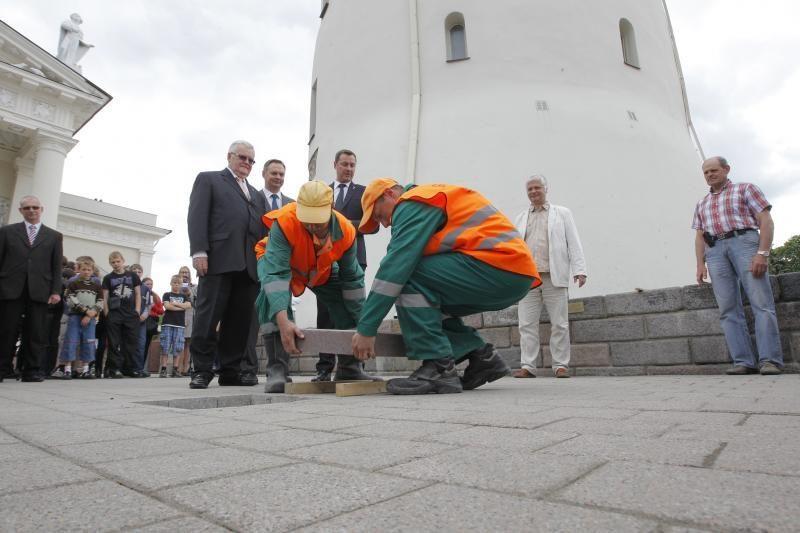 Baltijos keliui atminti sostinių vadovai įmontavo plytelę