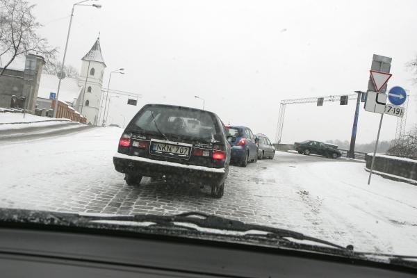 Eismo sąlygos Kaune sudėtingos, Šančiuose - mikroautobusų avarija (papildyta)
