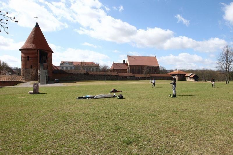 Prie Kauno pilies – kvapą gniaužiantys jėgos aitvarų mėgėjų triukai