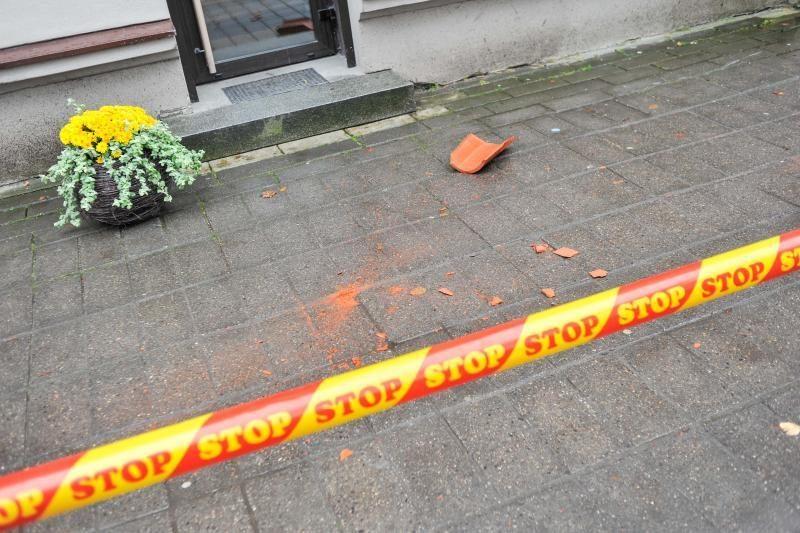 Vilniaus gatvėje nuo stogo kritusi čerpė prakirto paauglės galvą