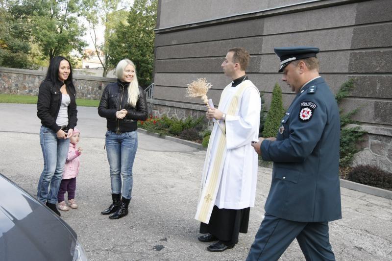 Klaipėdoje kunigai laimina saugioms kelionėms mašinas