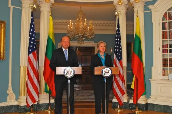 H.Clinton ploja A.Kubiliui per petį už ekonominę politiką