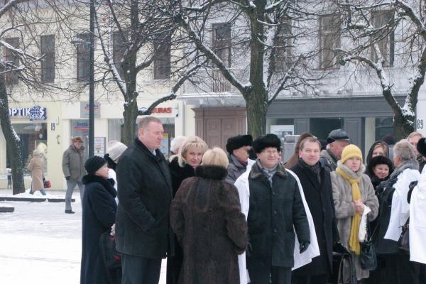 2-osios ligoninės medikai surengė mitingą prie savivaldybės (papildyta)