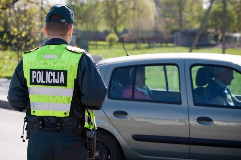 Keleivė siūlė policijos pareigūnams 200 litų kyšį