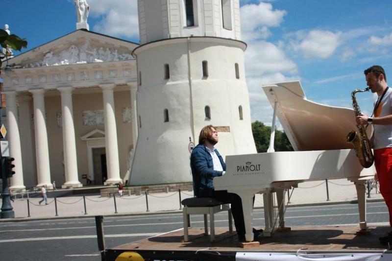 """Vilniaus gatvėmis važinės """"maršrutinis"""" fortepijonas (foto)"""
