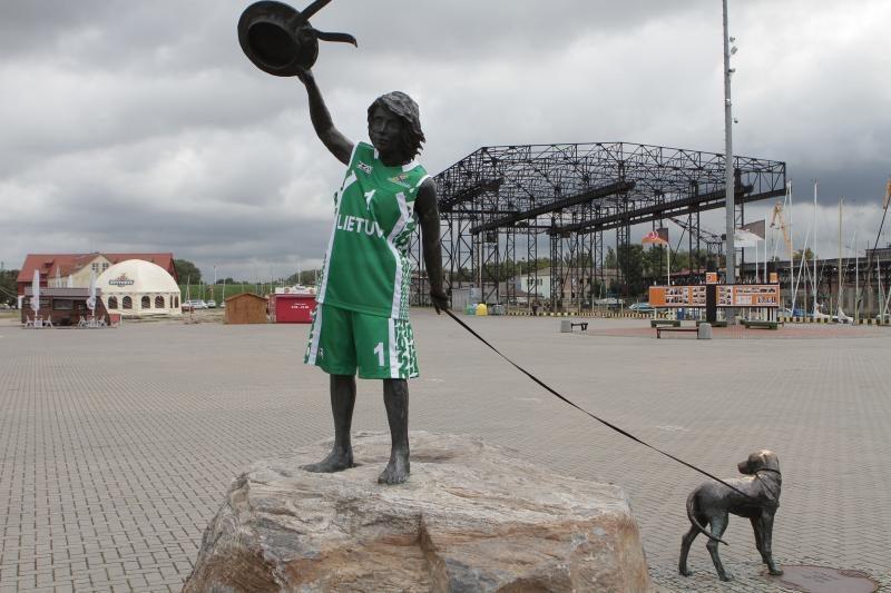 Bronzinis berniukas Klaipėdoje pasipuošė krepšininko apranga