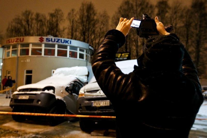 Vilniuje į gilią smegduobę įkrito du automobiliai