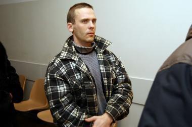 Šaudęs, paskui užmigęs kariškis prie žurnalistų teisme nekalba