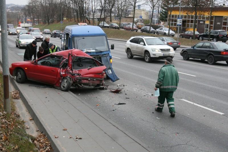 "Vilniuje krovininis automobilis suknežino ""Mitsubishi Colt"""