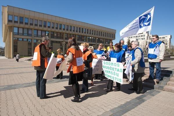 Profesinės sąjungos kyla į kovą ir gegužės 1-ąją žada eitynes