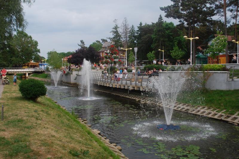 Palangos Rąžės upę papuošė šviečiantys fontanai