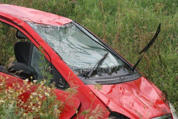 Automobiliui įskriejus į upelį žuvo vaikas ir jo motina (papildyta)