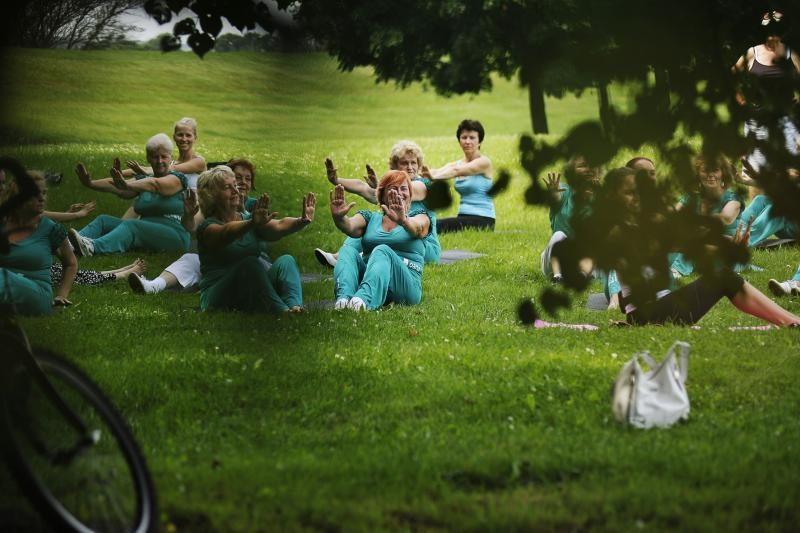 Santakos parke kauniečiai atliko linksmą mankštą