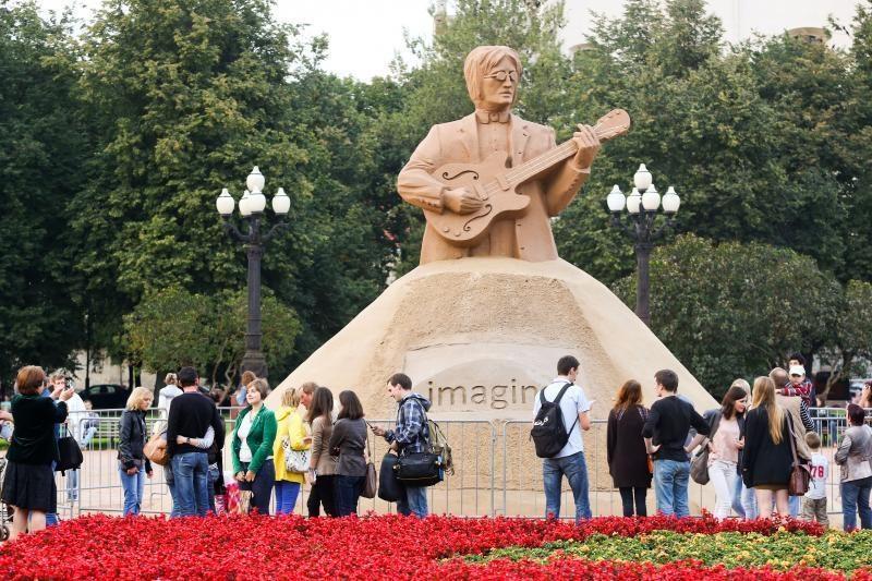 J.Lennono smėlio skulptūra iš Vilniaus keliaus į Kauną