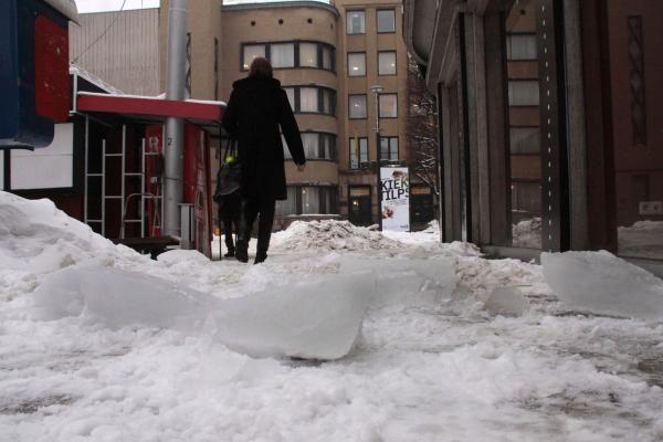 Prasidėjo atlydys: nuo stogų krenta ledo luitai (papildyta)