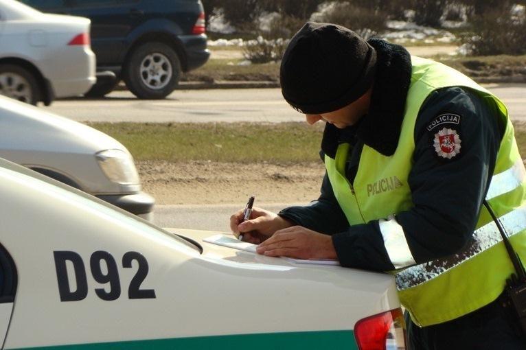 Girtas vairuotojas apdaužė policijos automobilius
