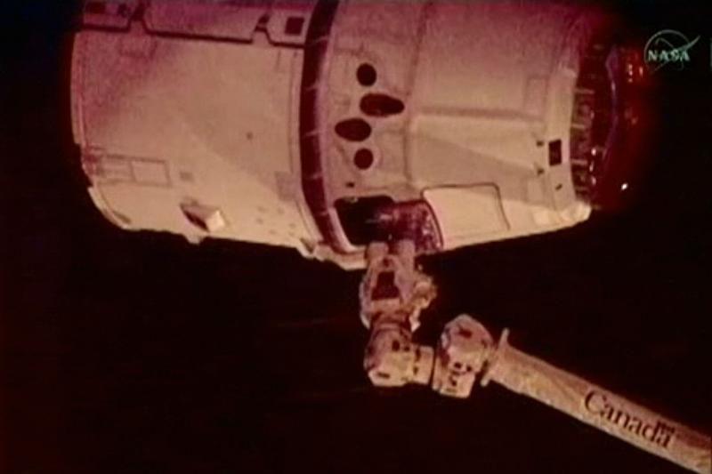Kosminės stoties roboto ranka sugriebė iš Žemės atskriejusią kapsulę