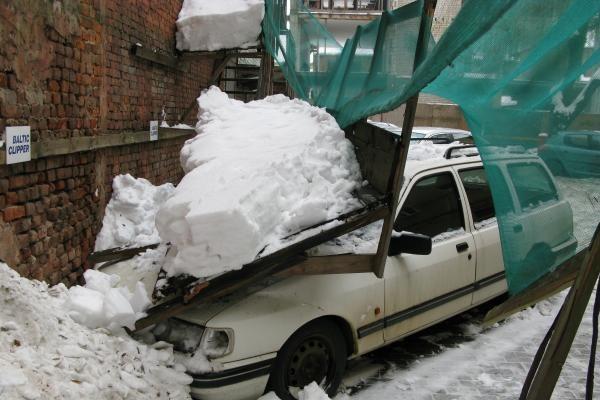 Sutrūniję pastoliai Laisvės alėjoje užgriuvo automobilį (papildyta)