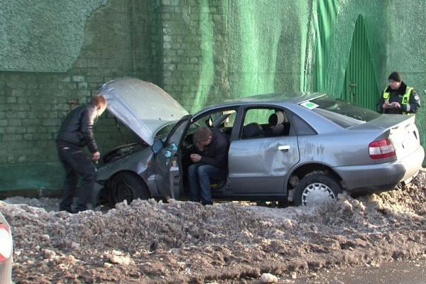 Avarija Klaipėdoje: mašina vertėsi ir rėžėsi į pastatą