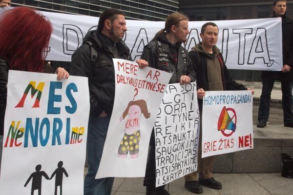 Proteste prieš gėjų eitynes - radikalūs šūkiai (papildyta)