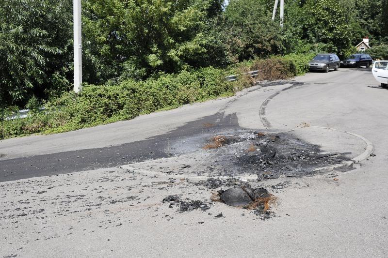 Sudegus automobiliui nėra kam sutvarkyti gatvės