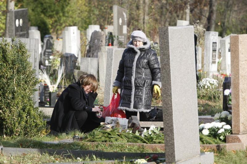 Klaipėdiečiai plūdo lankyti artimųjų kapų