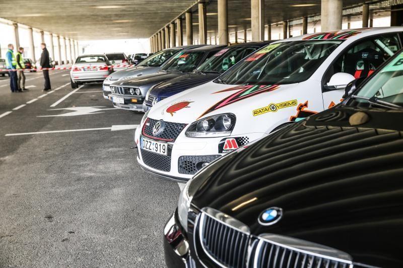 """Prie """"Žalgirio"""" arenos – azartiškos automobilių lenktynės"""