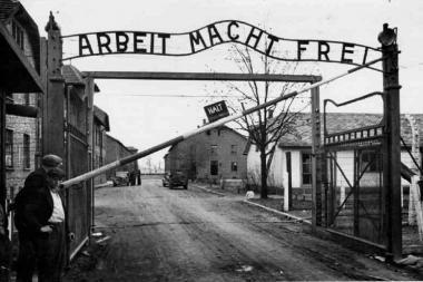 JT ragina čekus uždaryti kiaulidę buvusioje nacių stovykloje