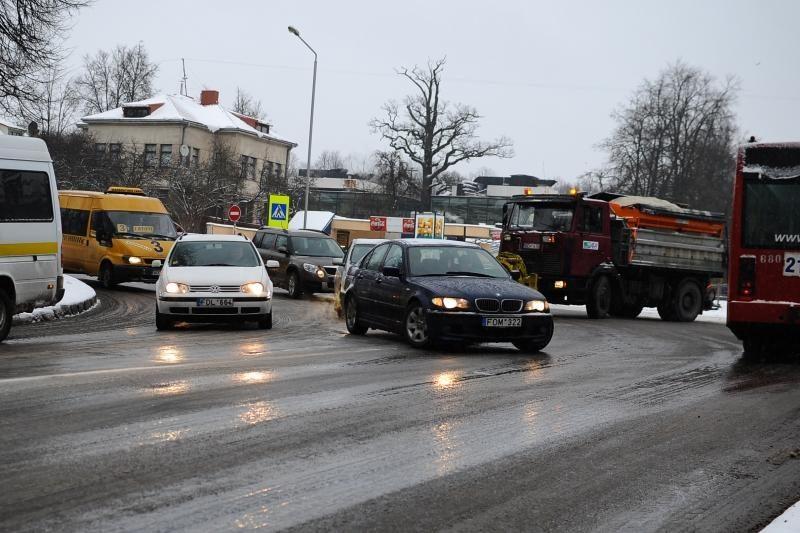 Į Kauno gatves išsiųsta 10 druskos barstytuvų