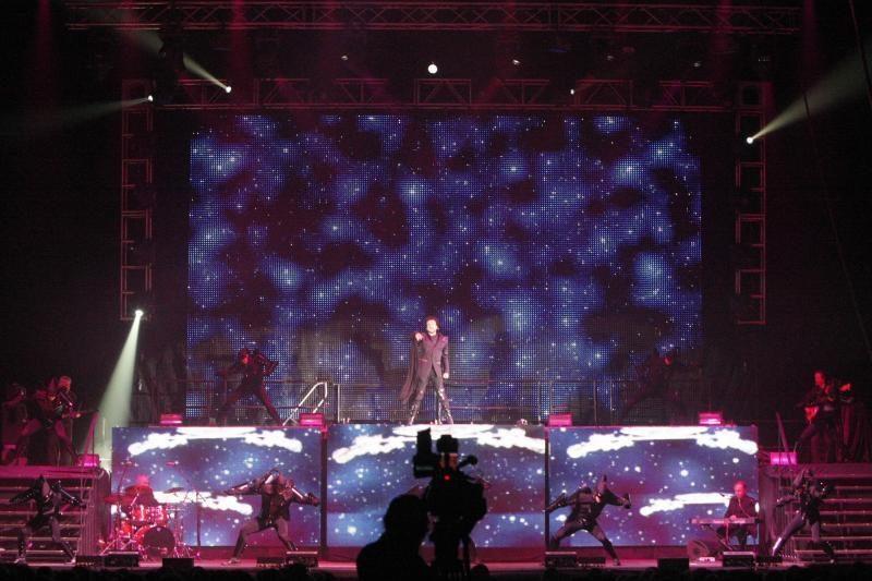 Filipas Kirkorovas Klaipėdos scenoje – ir su chalatu, ir su fraku