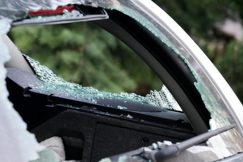 Nuniokoti du BMW automobiliai – vienas padegtas, kitas apvogtas