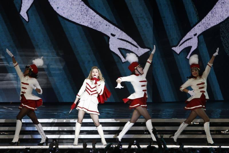Madonna pasaulines gastroles pradėjo su krauju ir šautuvais